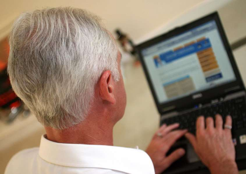 An elderly gentleman surfs the Internet EMN-160125-153233001